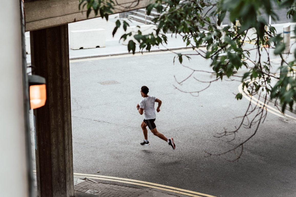 De beste plaatsing van de voeten tijdens het hardlopen